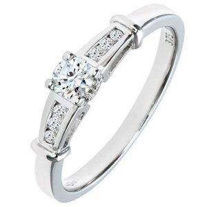 Anillo de oro blanco con diez diamantes